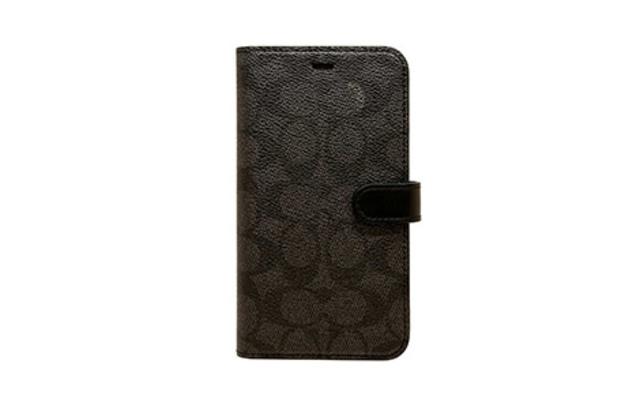 [auショップで発売中]iPhone 11用 COACH(R)ブックタイプケース/SIGNATURE Black