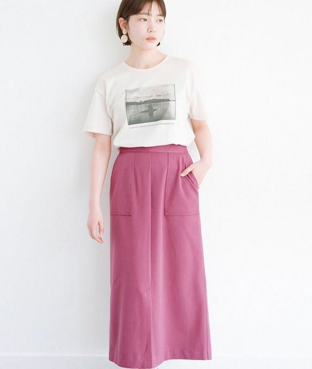 スリットが女っぽいセミタイトスカート