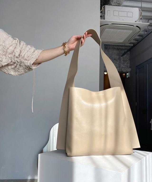 Wide shoulder tote bag