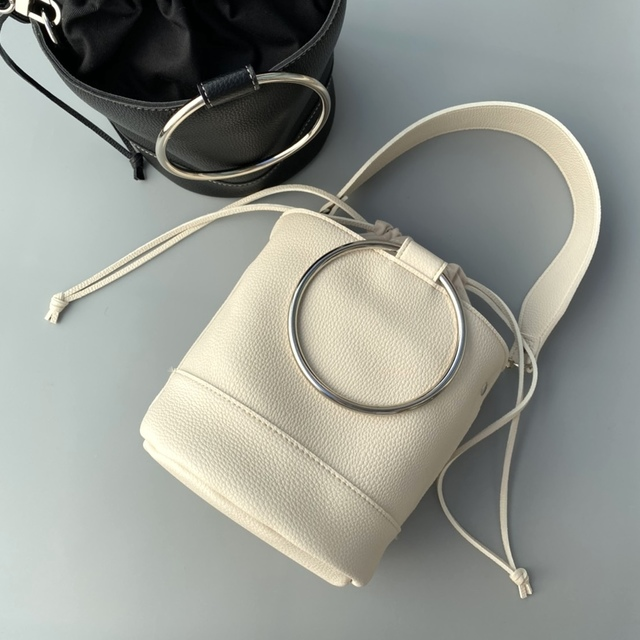 bucket ring bag .ivory.