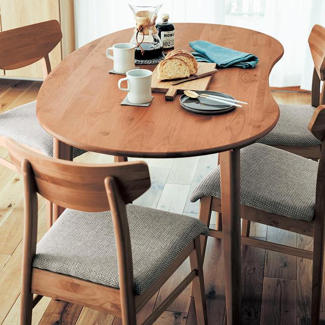 アルダー材の変形ダイニングテーブル