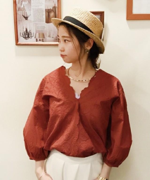 mysty woman 綿ローンスカラ刺繍Vネックシャツ