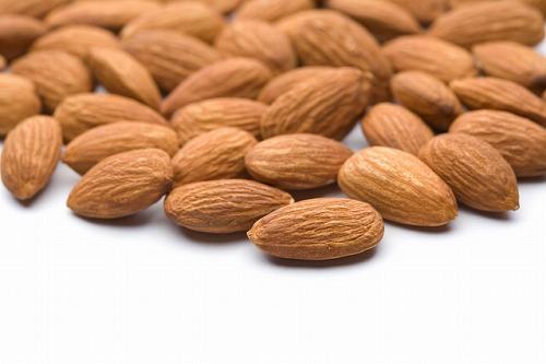 アーモンドは、植物の中で最もビタミンEが多く含まれていて、肌を柔らかくする作用があります。それとともに肌の奥に素早くなじんで炎症を抑えてくれたり美白効果、保湿効果があったりと万能!