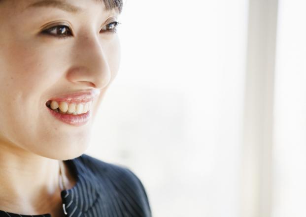 歯の矯正といえば、笑顔になった時に矯正器具が見えてしまうようなイメージがありますよね。そんな見た目を気にする人におすすめなのが「マウスピース矯正」です。「マウスピース矯正」ならば手軽に矯正できる、笑顔の強い味方になる「キレイな歯並び」を手に入れることが出来ますよ♡