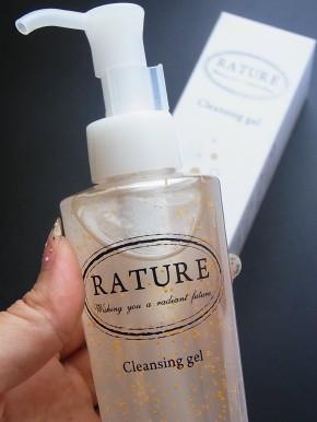 ナノ粒子レベルで毛穴の奥まで汚れを落とし、8種類のフルーツエッセンスでしっとり潤いキープ。クレンジングと洗顔の両方を兼ねるから、W洗顔必要ナシでお肌への刺激も最小限に抑えられるんです♪