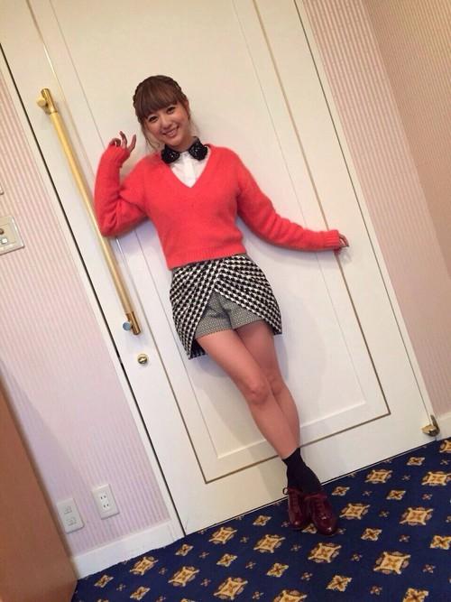 AAAのメンバー・伊藤千晃さんも153㎝の低身長女子。赤ニットとショーパンの相性がばっちり。