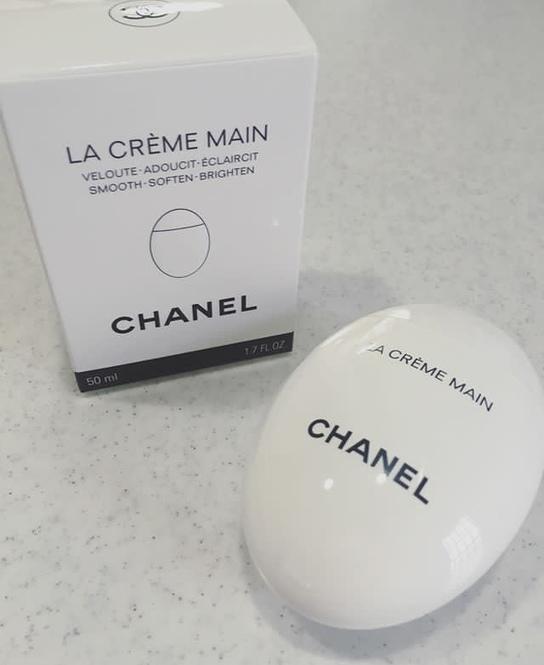 41444d018196 シャネルから新発売されたハンドクリーム「 La Crème Main(ラ クレーム  マン)」。手肌だけでなく、ネイルケアにも使え、ベタつかず滑らかなつけ心地となっており、洗練 ...